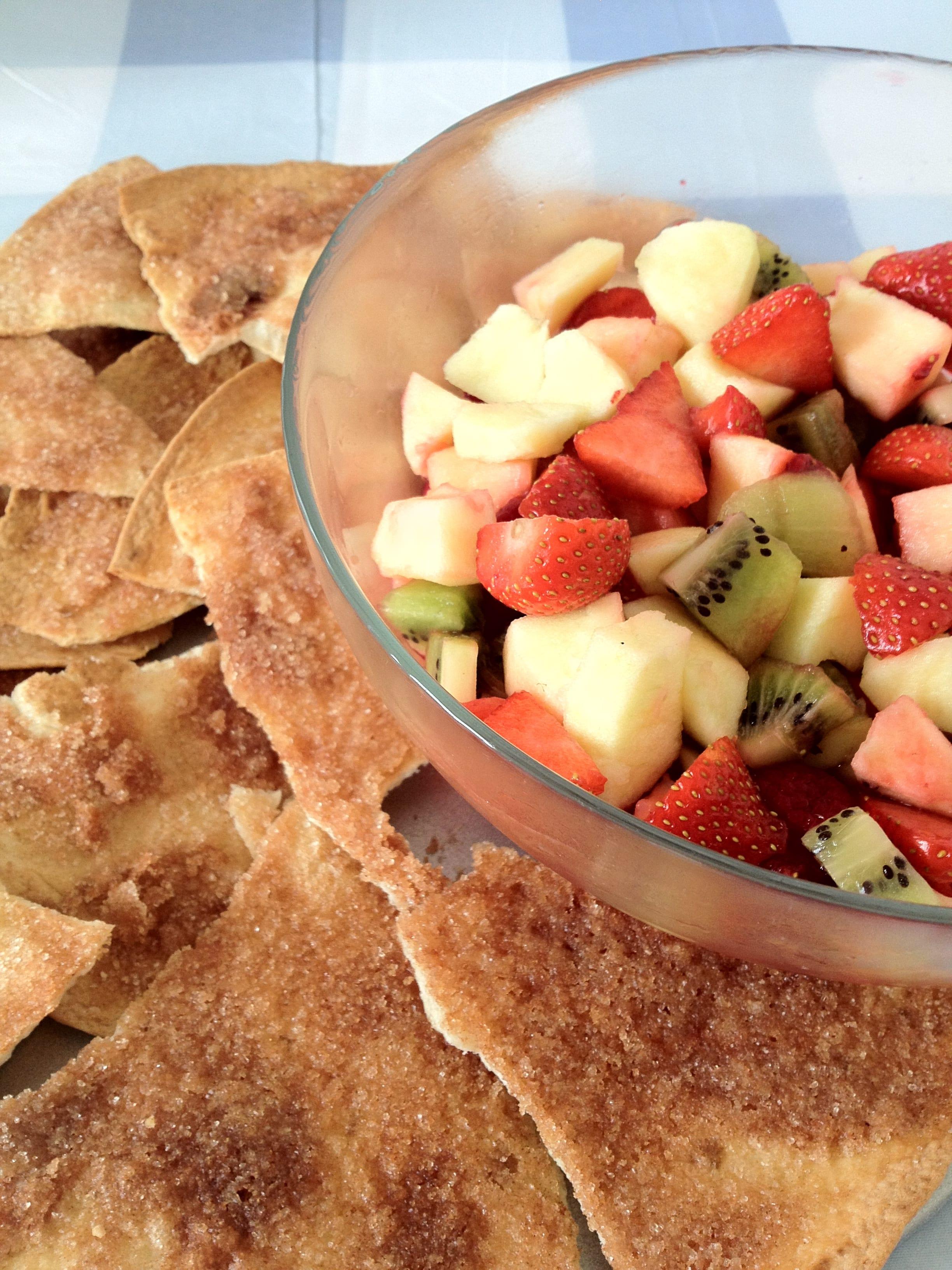 Frisse fruitsalade met zelfgemaakte kaneelchips