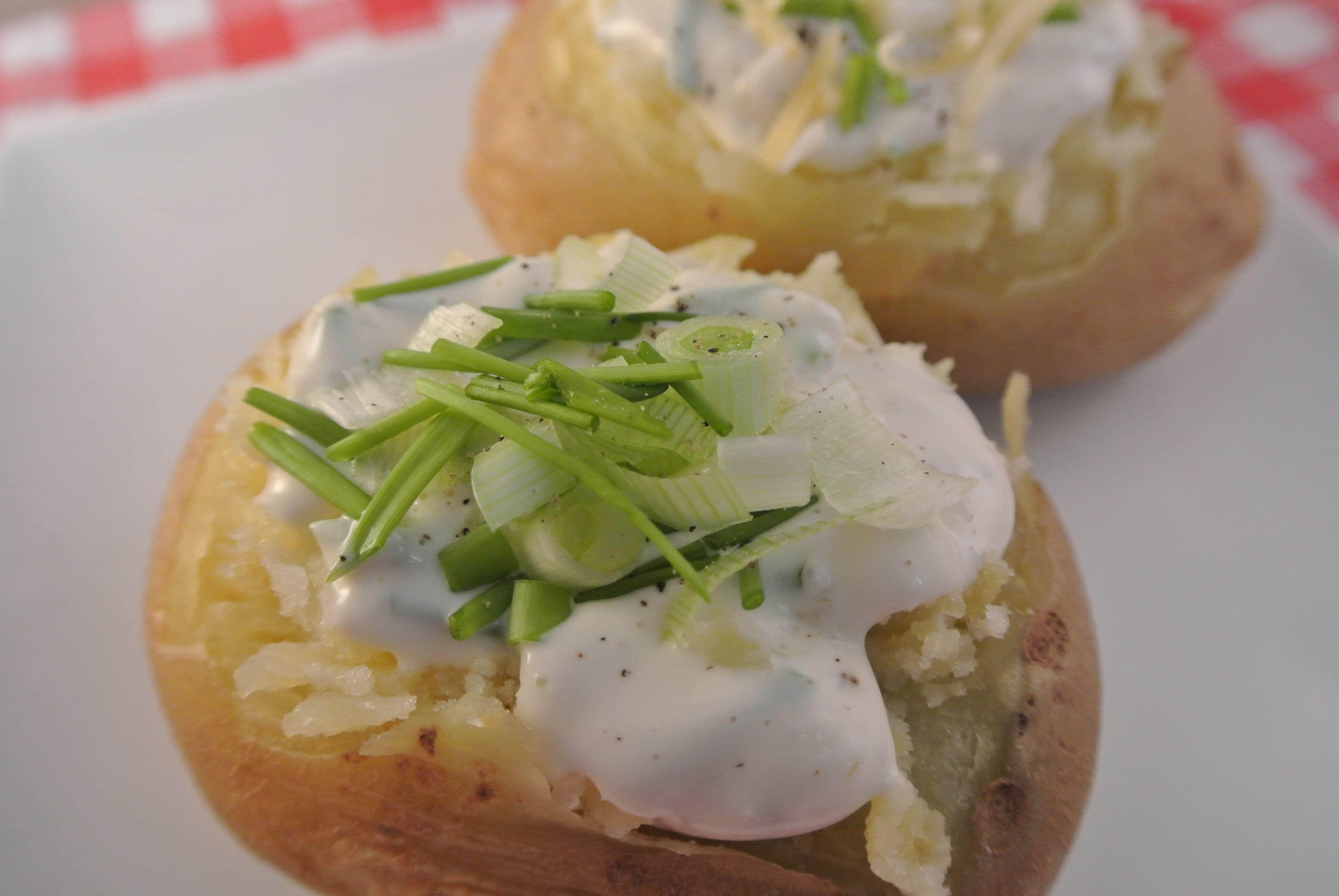 Gepofte aardappel met een fris sausje