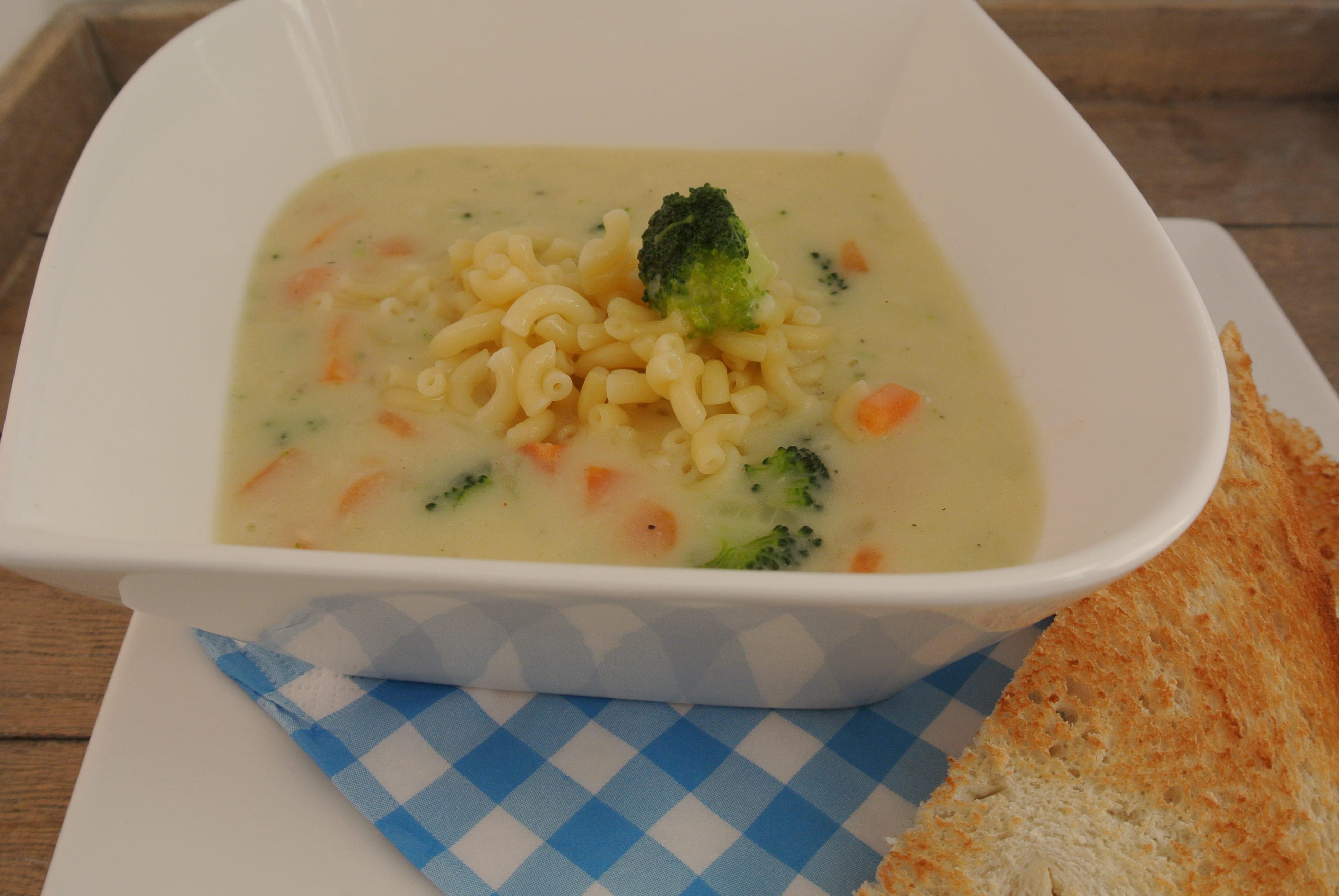 Heerlijke macaroni-soep met broccoli