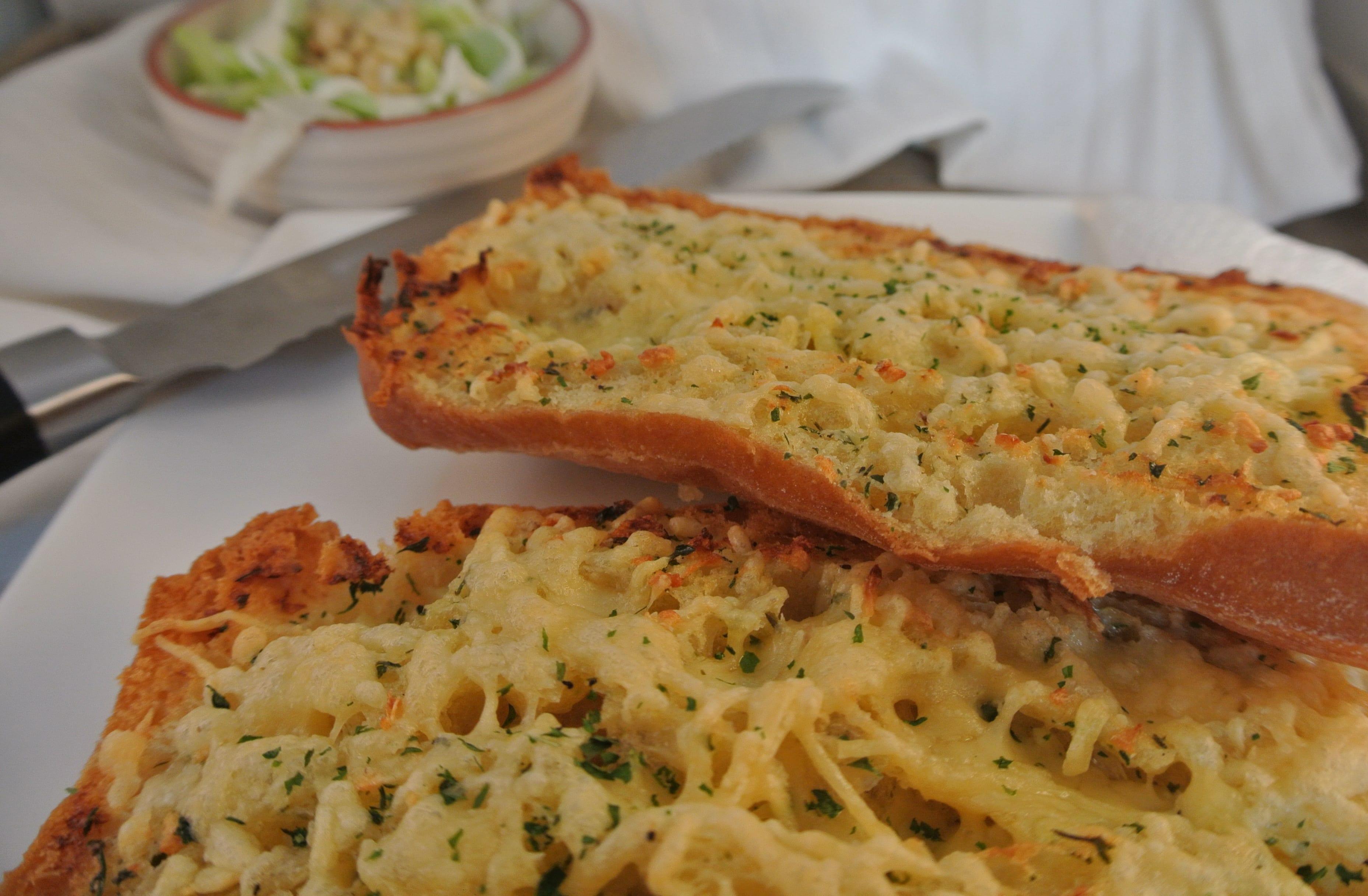 Een lekker bijgerecht, knoflook-kaasbrood