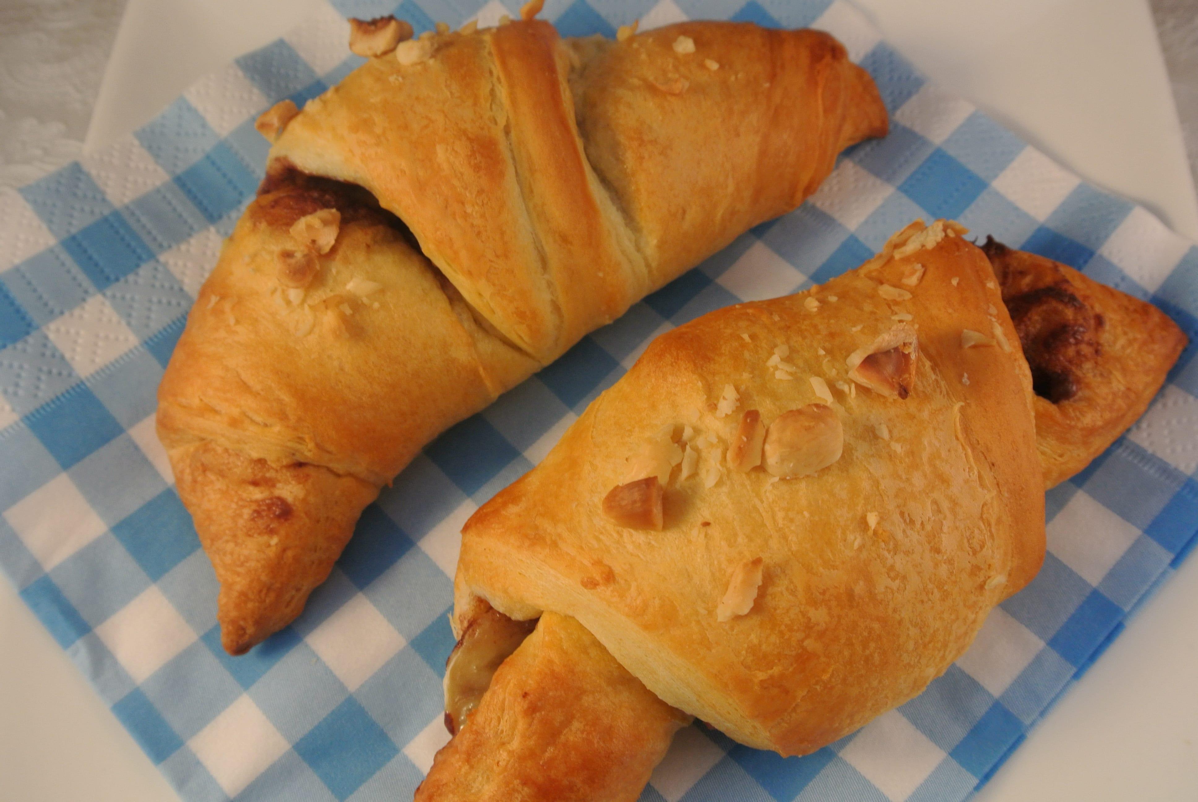 Lekker ontbijt: croissantjes met banaan, chocola en hazelnoten