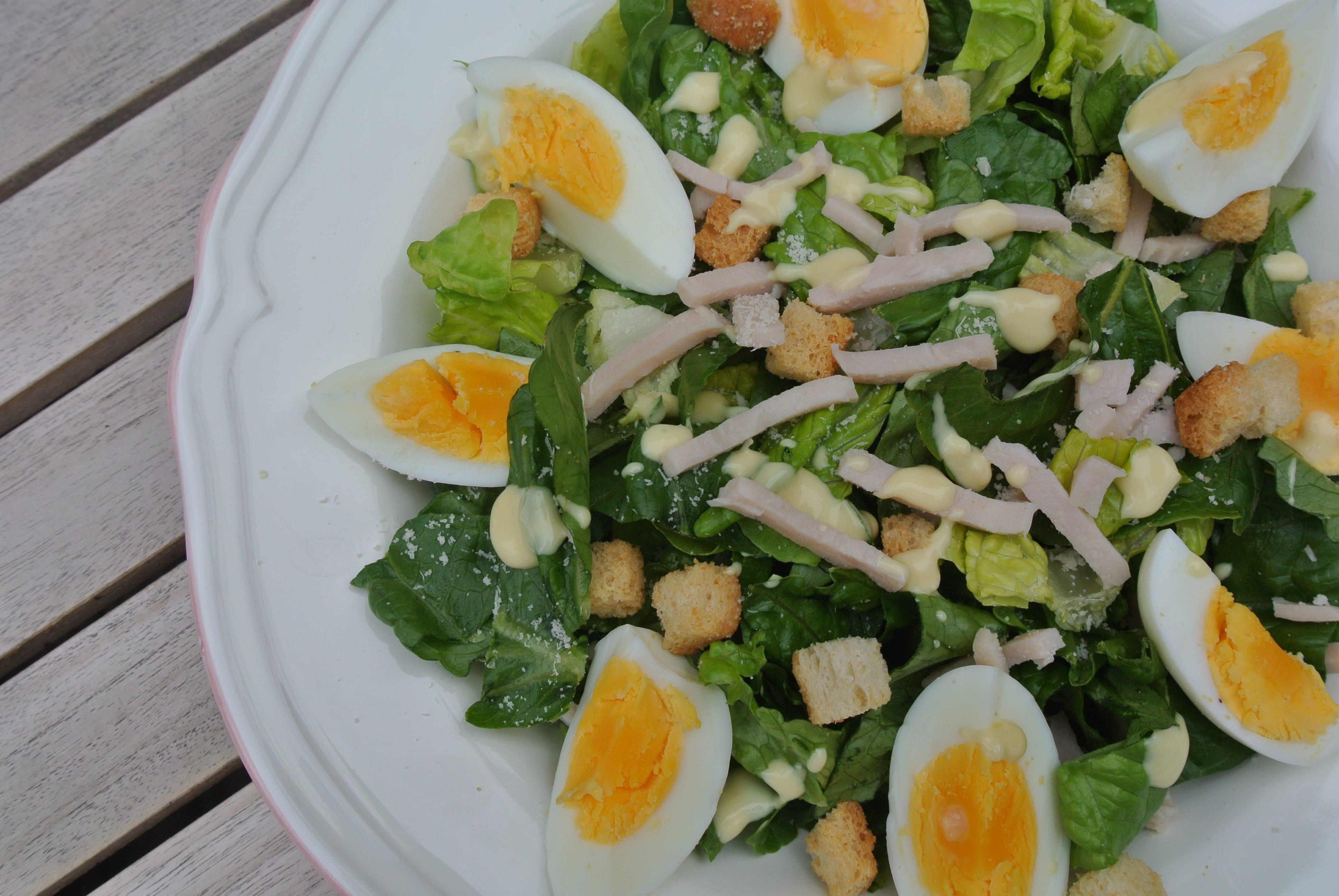 Caesar salad met gerookte kip en dressing lekker en simpel
