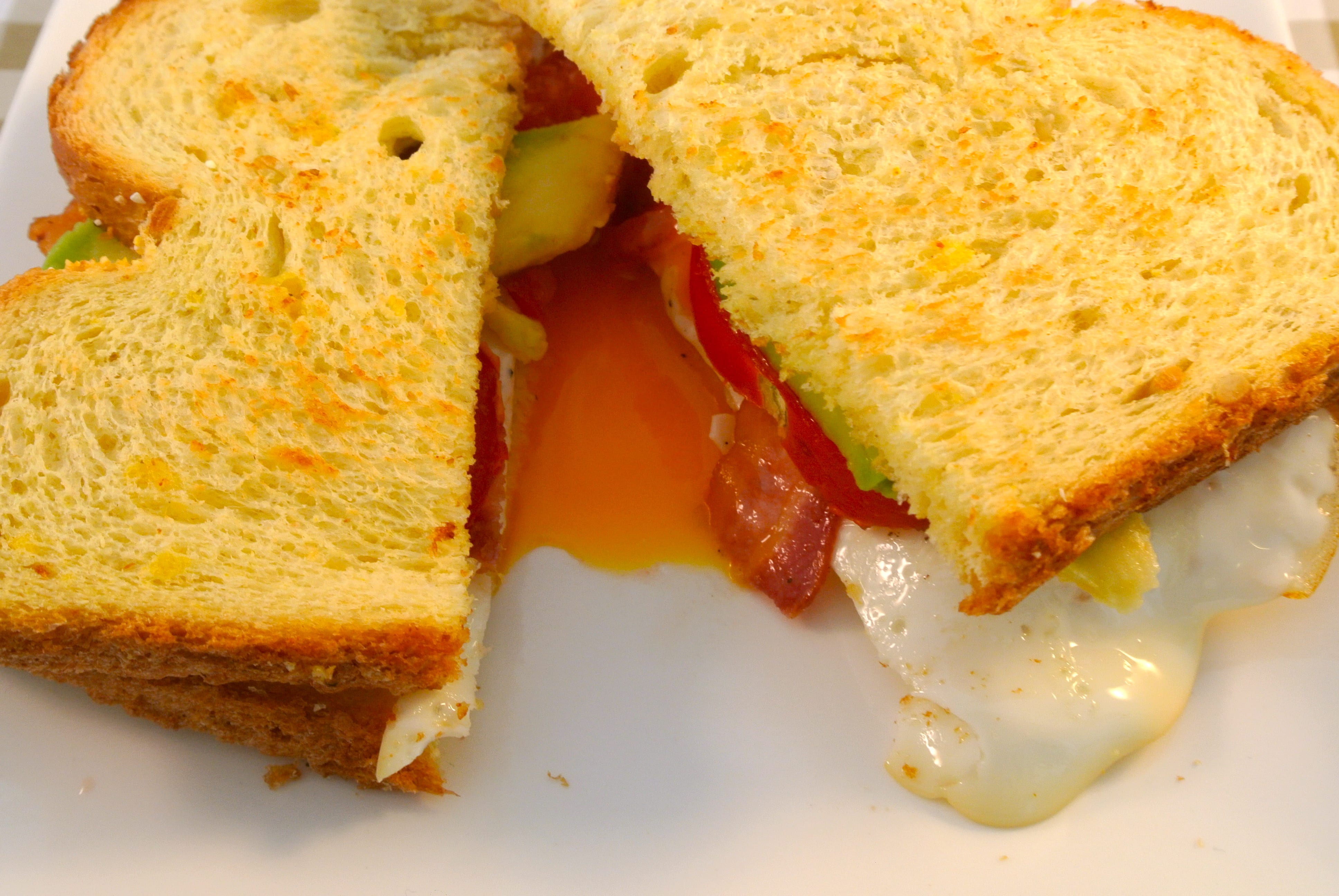 Lekkere lunch: sandwich met ei, tomaat, avocado en ontbijtspek