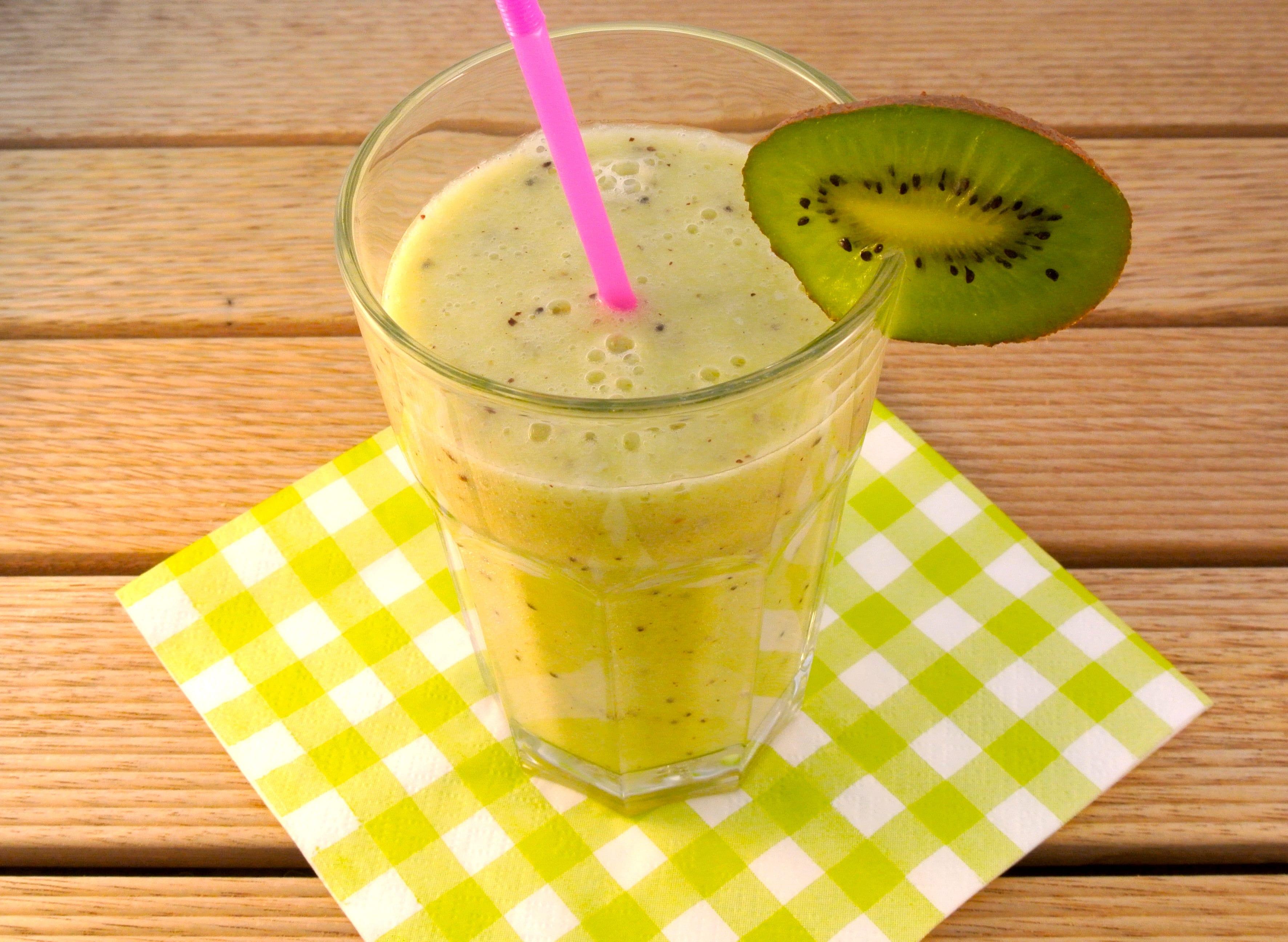 Gezonde smoothie met banaan, kiwi en jus d'orange
