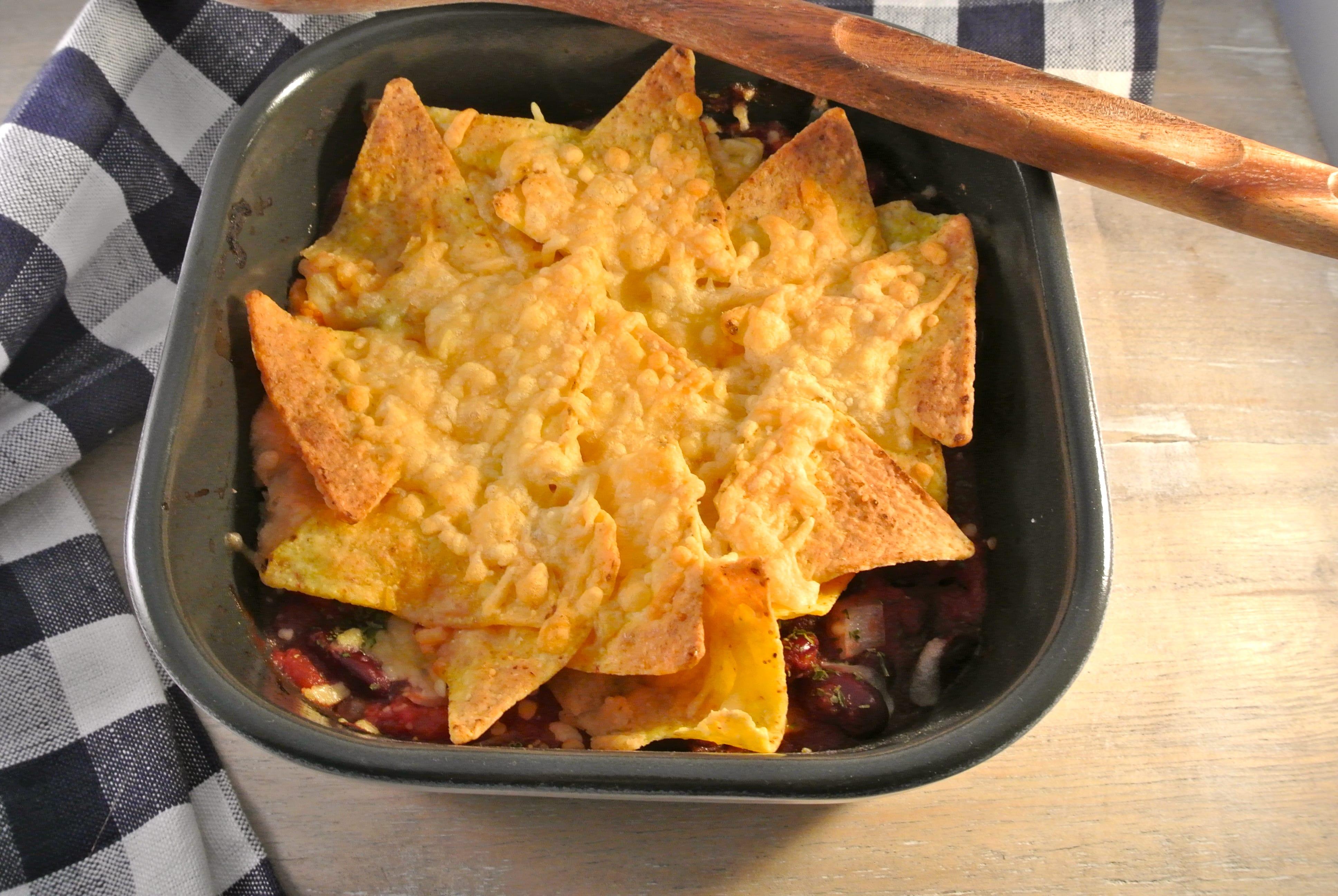 Ovenschotel met chilibonen, tomaat en tortillachips