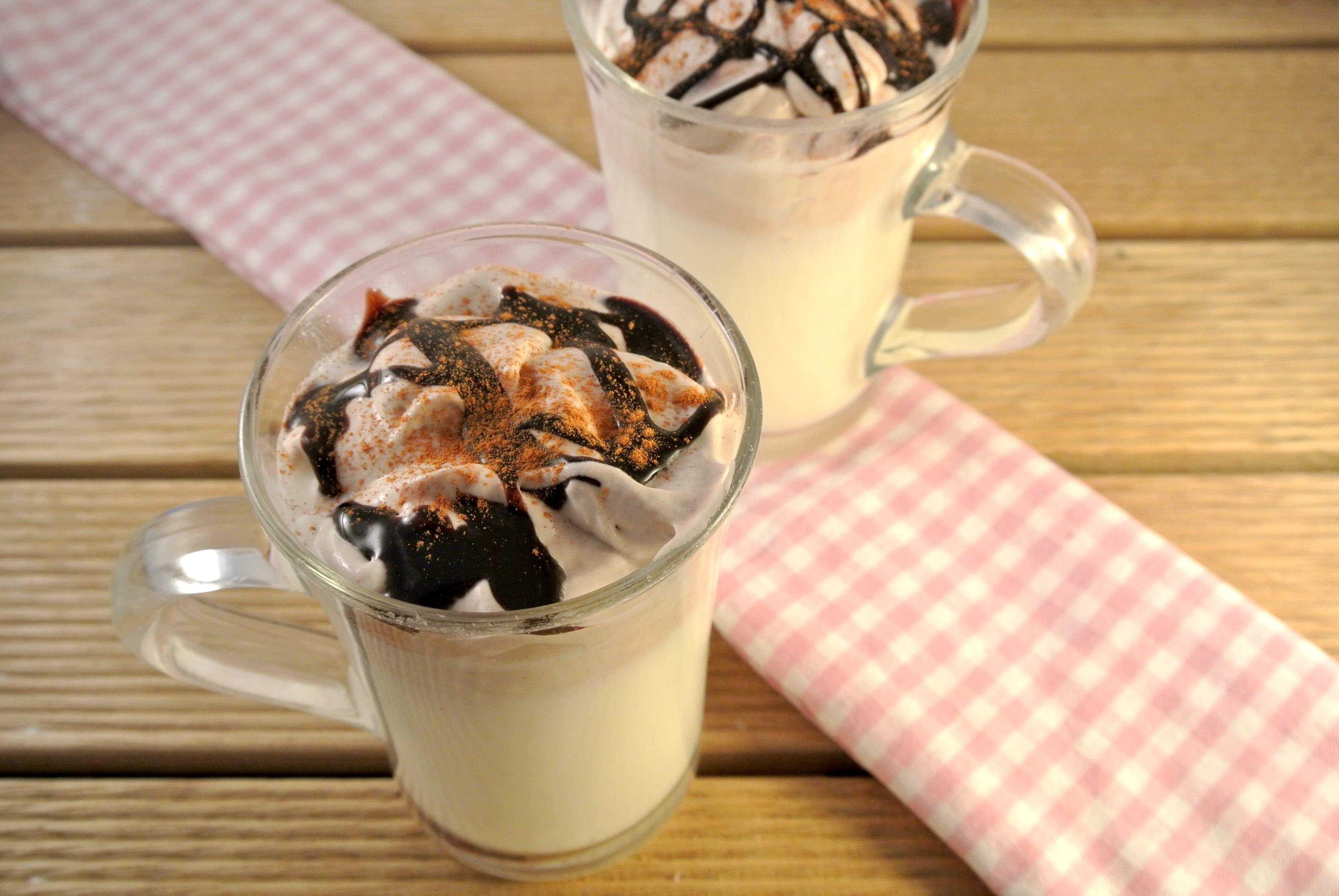 Warme vanilledrank met choco-kaneel slagroom