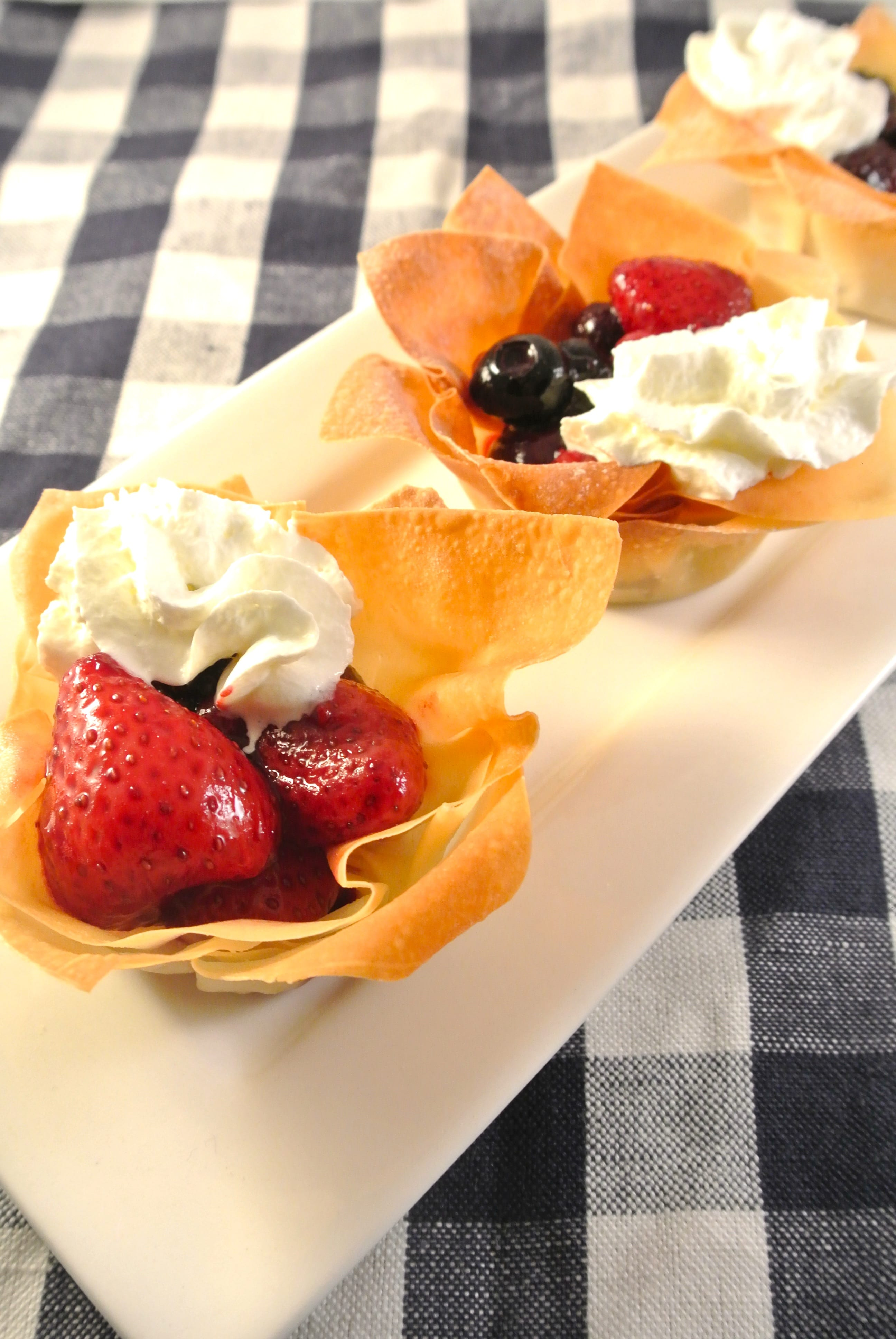 Warme fruitbakjes met slagroom