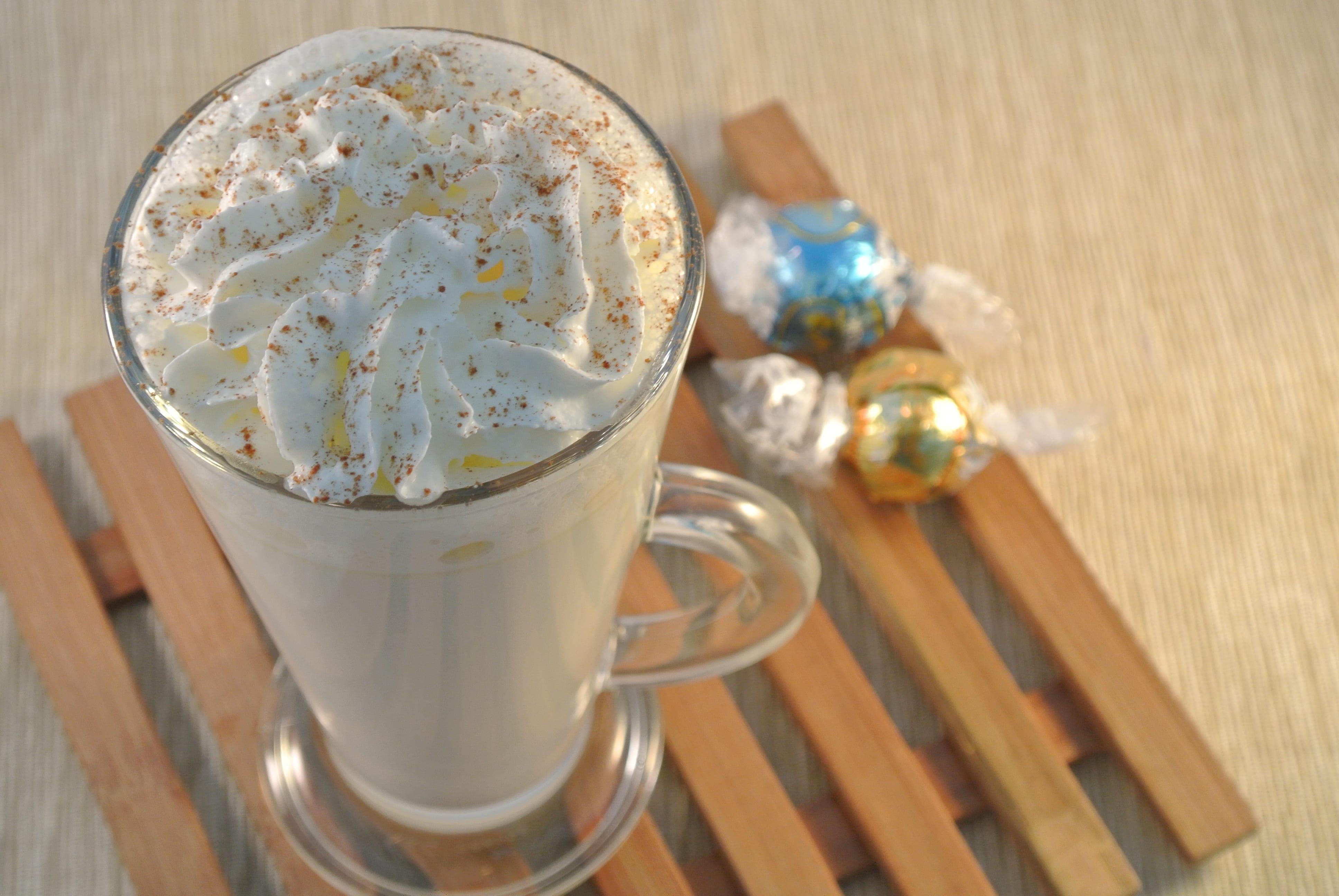 Warme witte chocolademelk