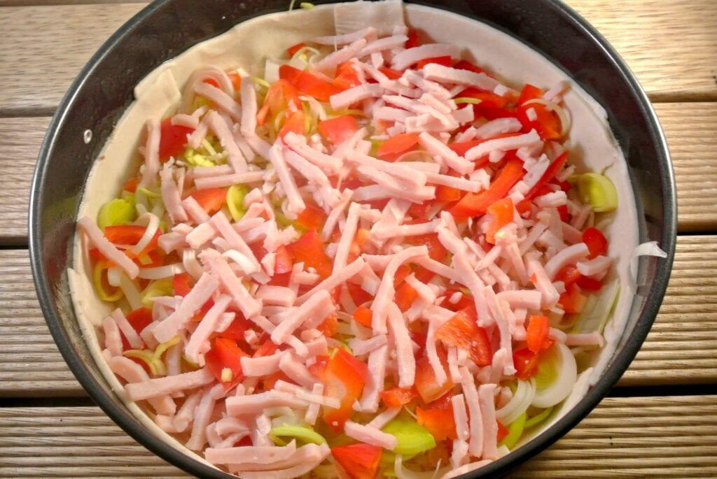Hartige taart met prei, kip en paprika