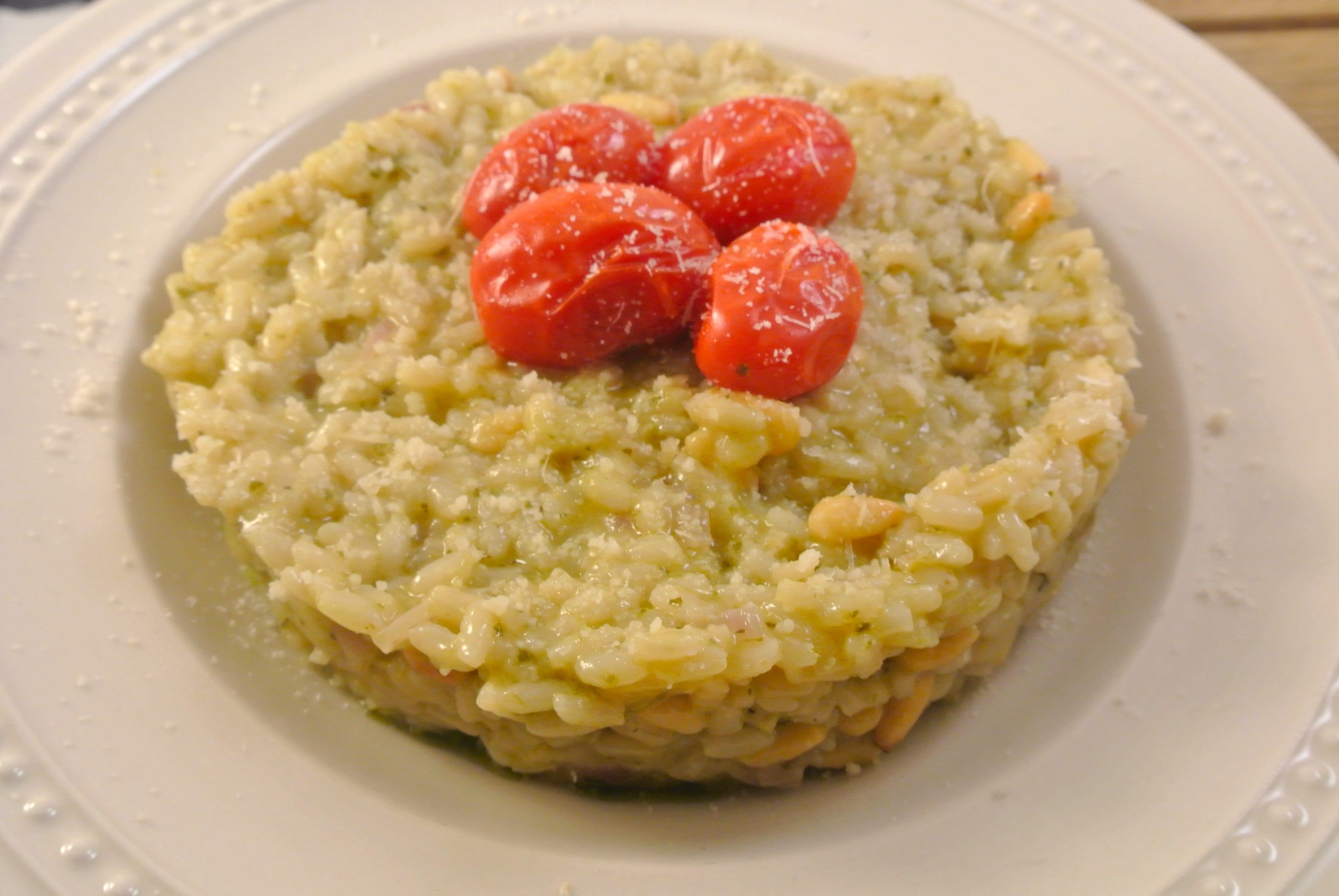 Risotto met pesto, tomaatjes uit de oven en pijnboompitten