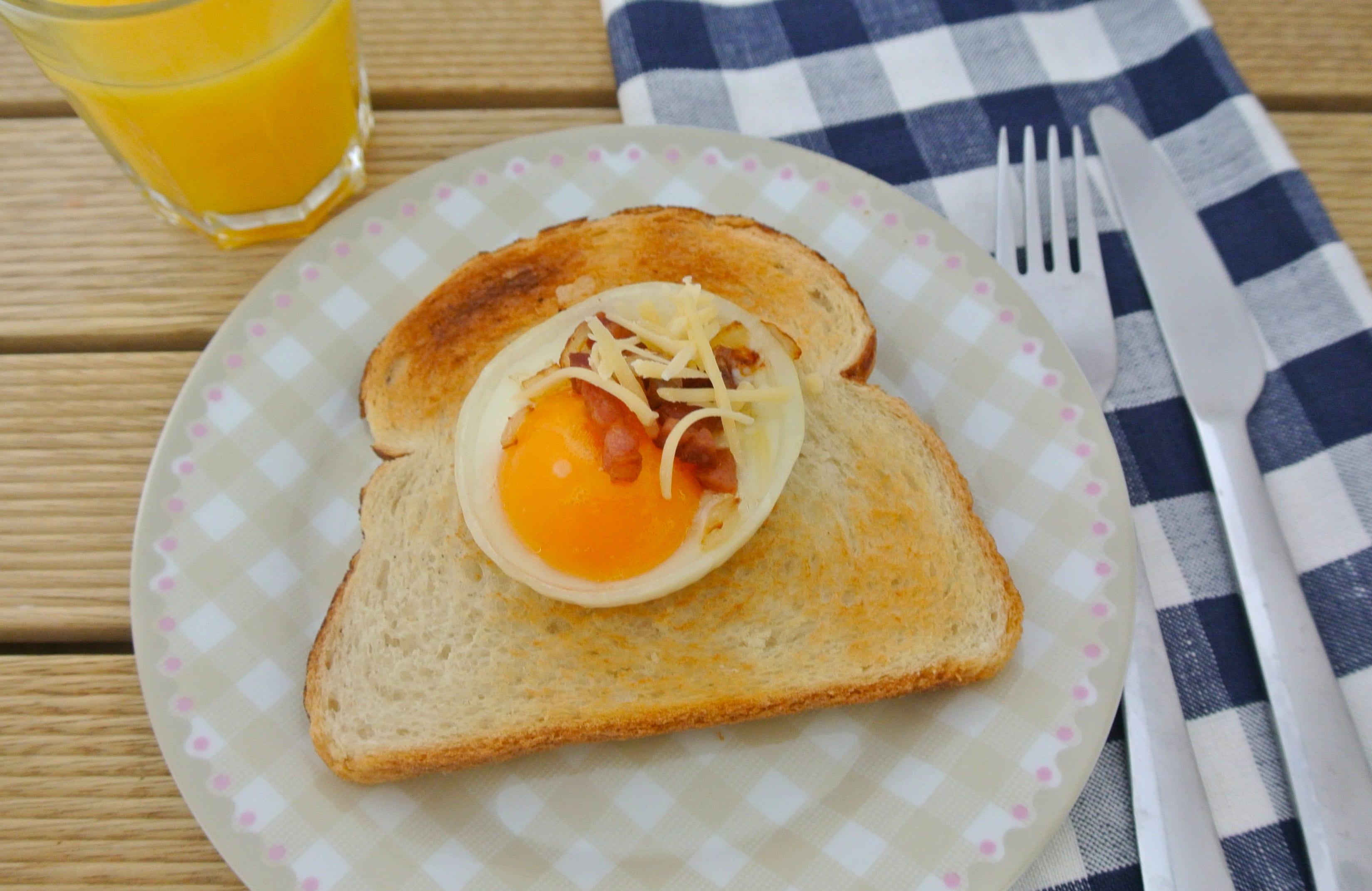 Gebakken ei in een uienring