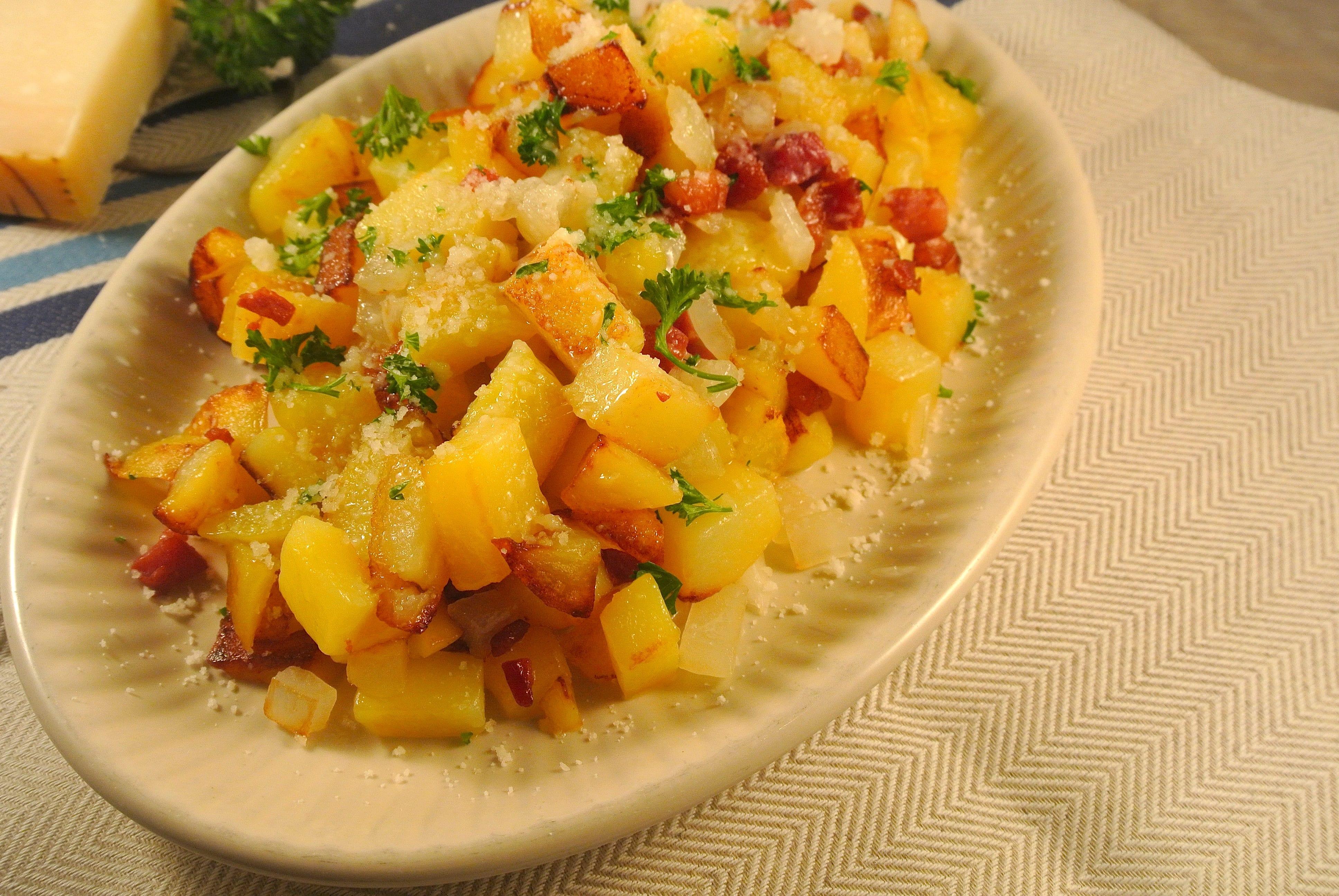 Aardappeltjes met parmezaanse kaas, spekjes en ui