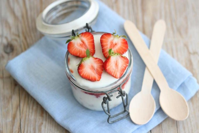 Ontbijt: yoghurt trifle met aardbeien