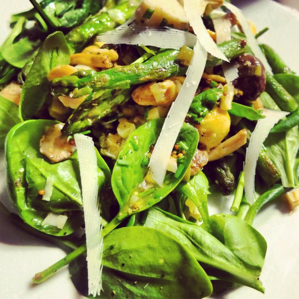 Salade met wilde paddestoelen, asperges en artisjokken