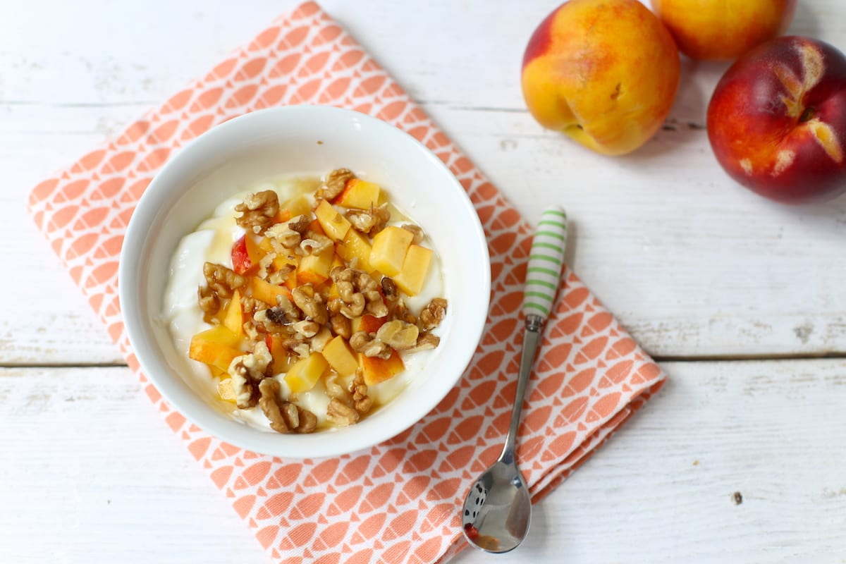 Nectarineyoghurt met walnoten