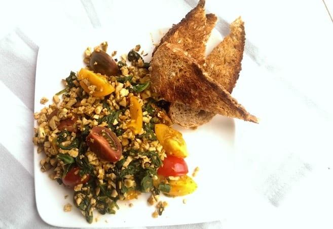 Tofu scramble met tomaatjes en spinazie
