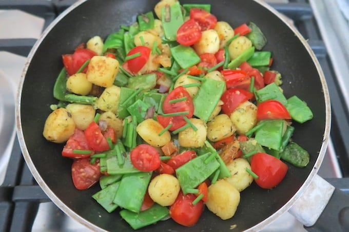 Eenpansgerecht met aardappel en peultjes