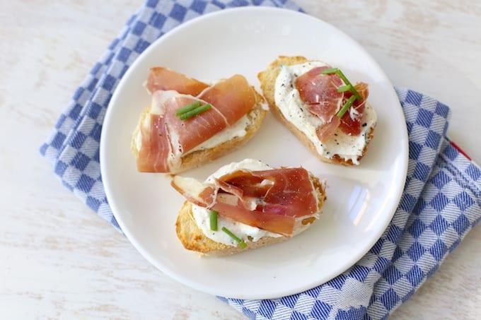 Bruschetta's met ricotta en ham