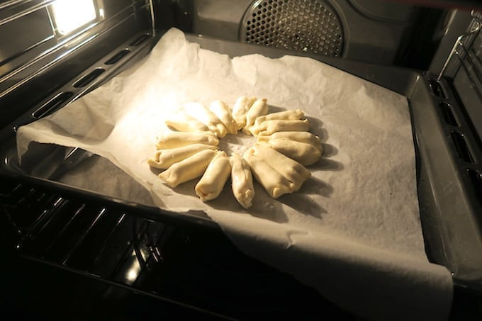 Krans van worstenbroodjes