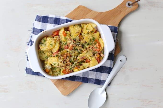Aardappelovenschotel met prei en spekjes