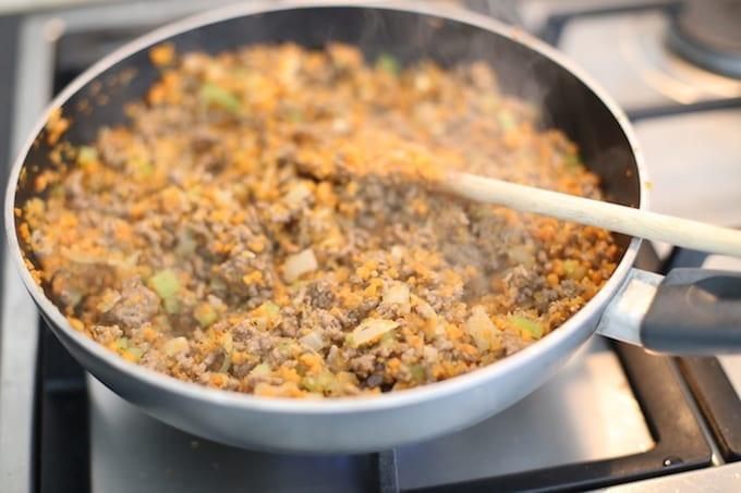 ui, wortel en gehakt bakken