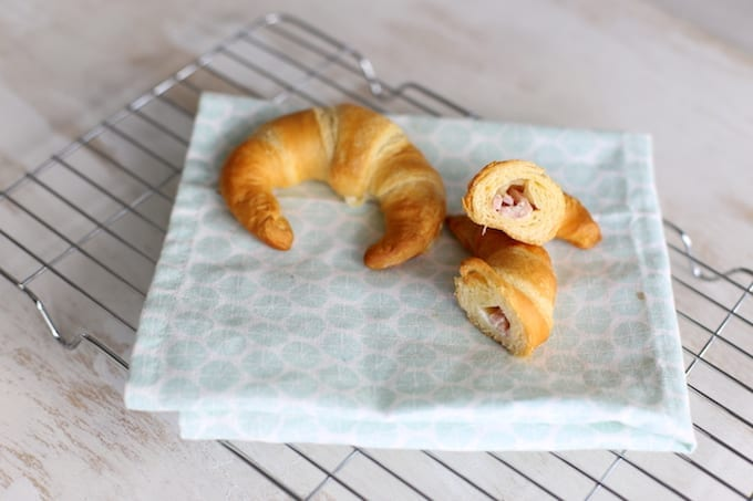 Croissantjes met mascarpone en ham