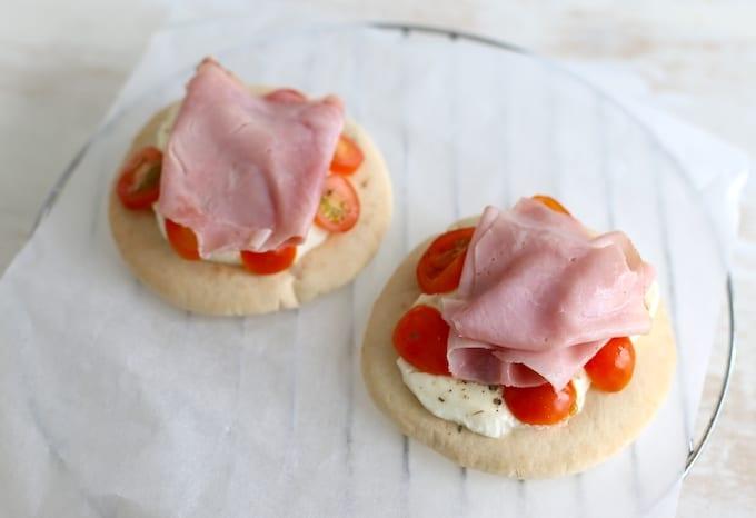 Pitabroodjes met mozzarella en ham