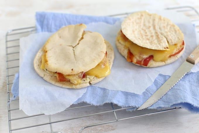 Pitabroodjes met spek en kaas