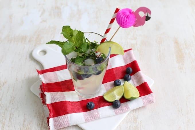 Zomerdrankje met limoen en blauwe bessen