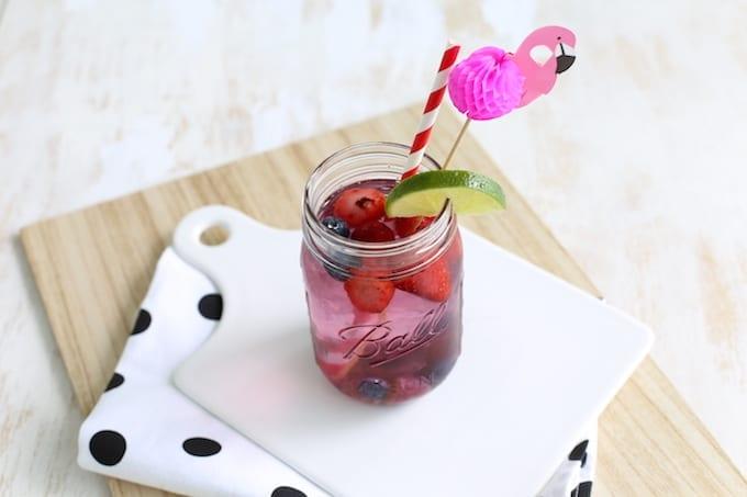 Water met rood fruit