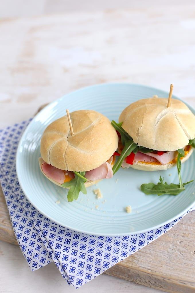 broodje met pompoenhummus en ham