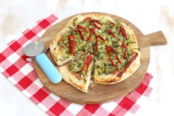 Pizza met prei en prosciutto