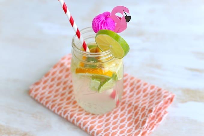 Zomers drankje met sinaasappel en limoen