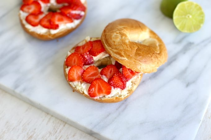 Bagels met ricotta en aardbeien