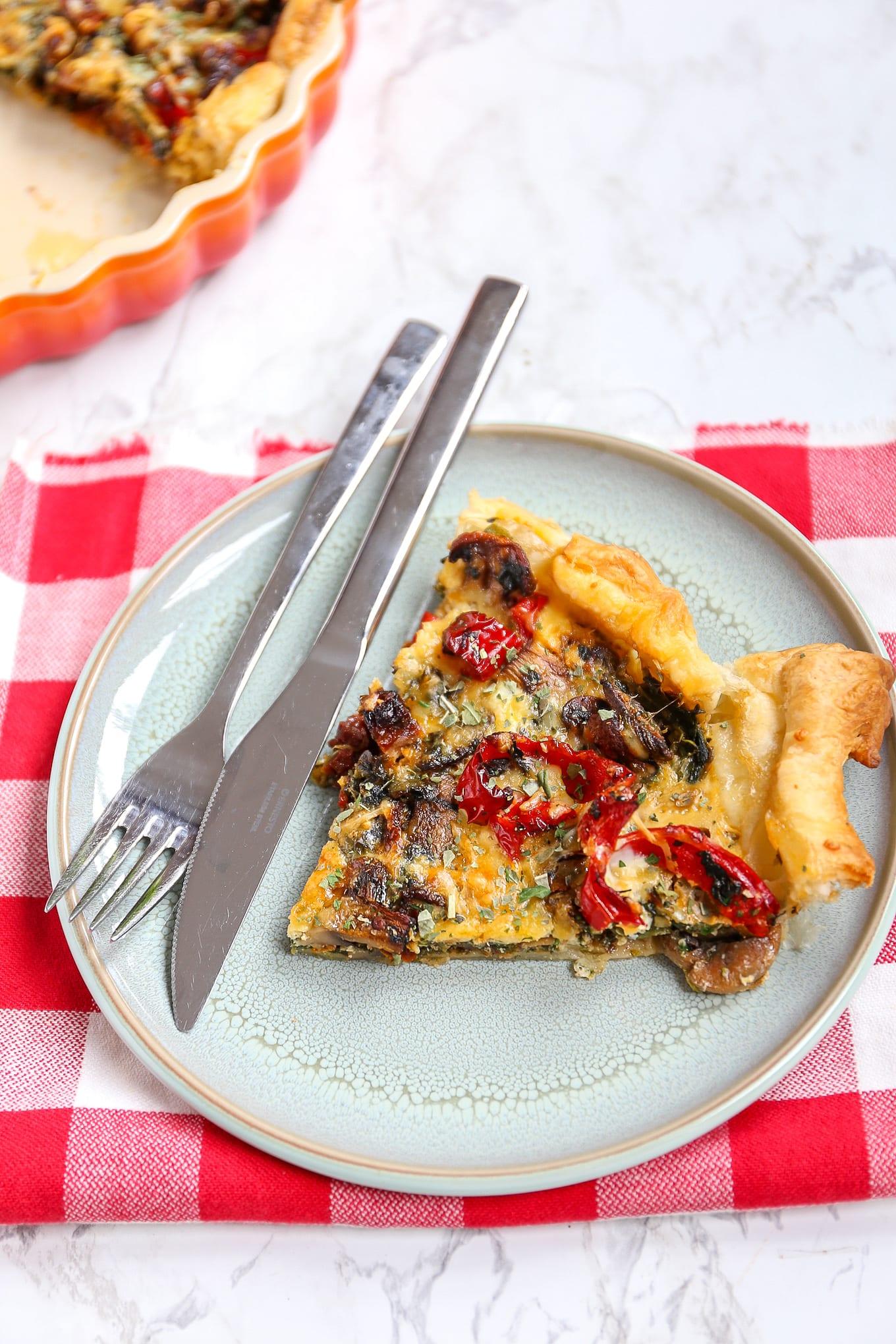 Hartige taart met champignons en spinazie