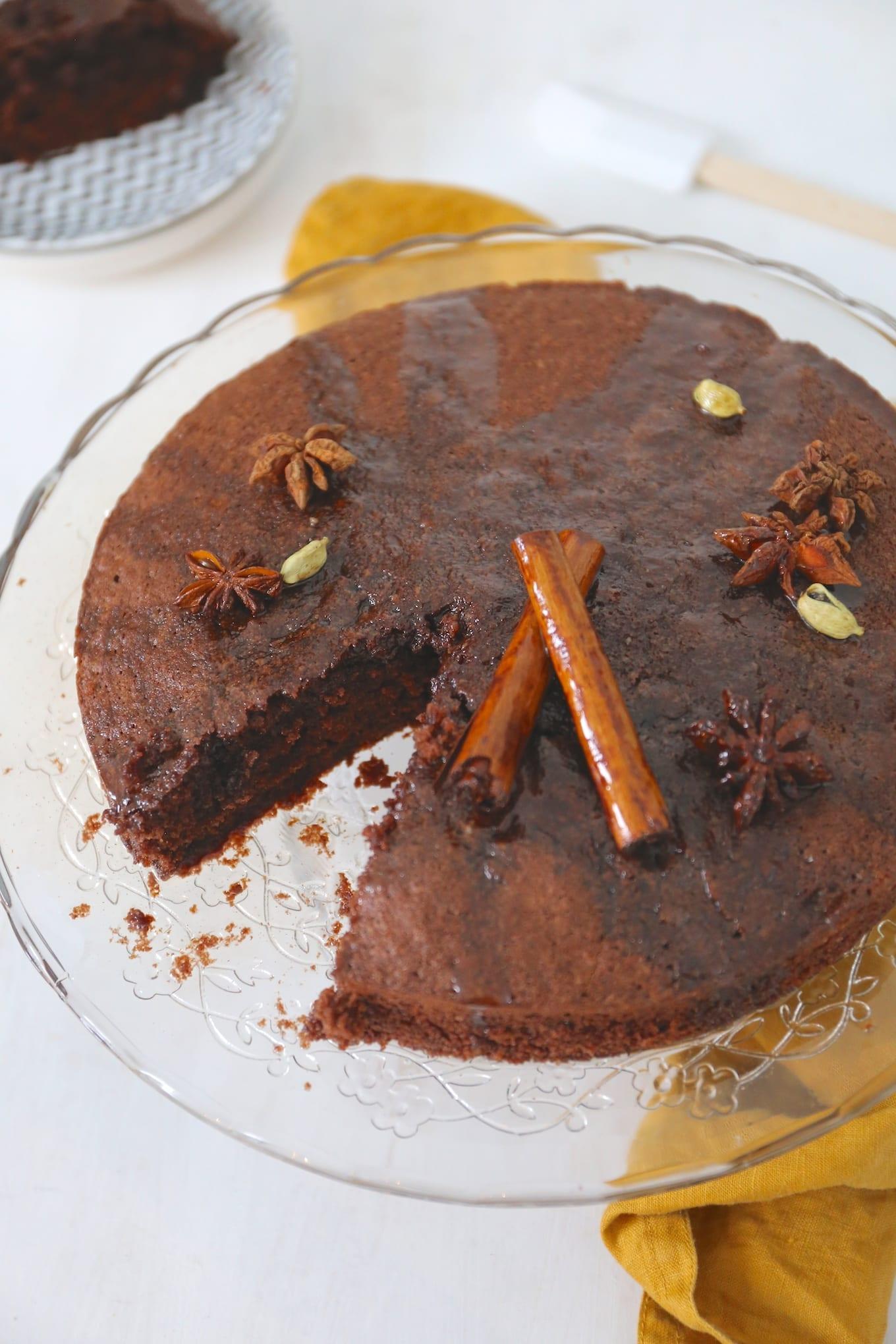 Chocoladecake met kruidige suikersiroop