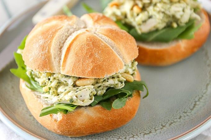 Broodje kip-pesto salade