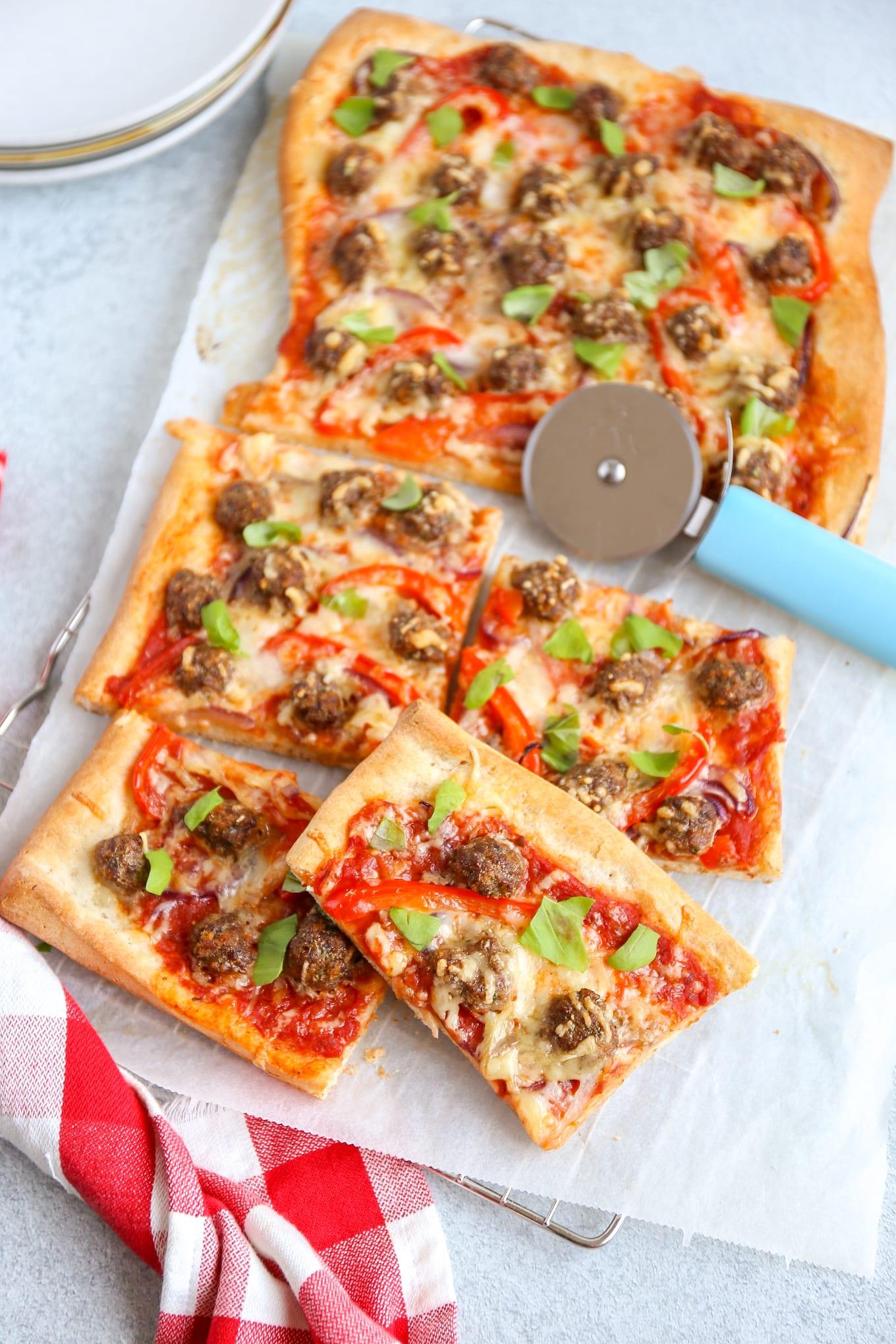 Pizza met gehaktballetjes