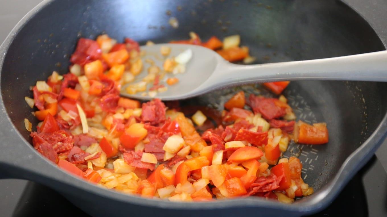 paprika ui en chorizo bakken