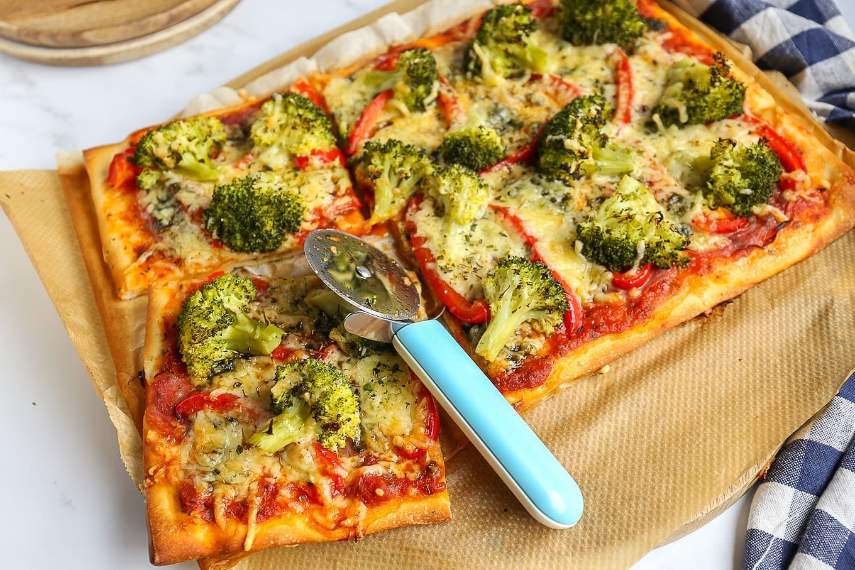 Plaatpizza met broccoli