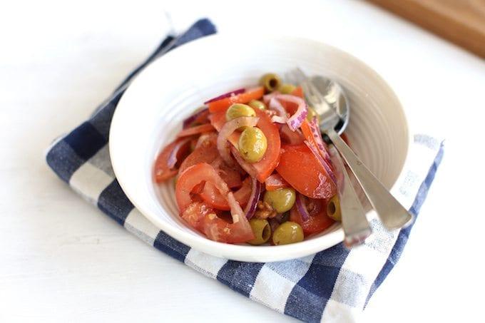 Tomatensalade met rode ui en olijven
