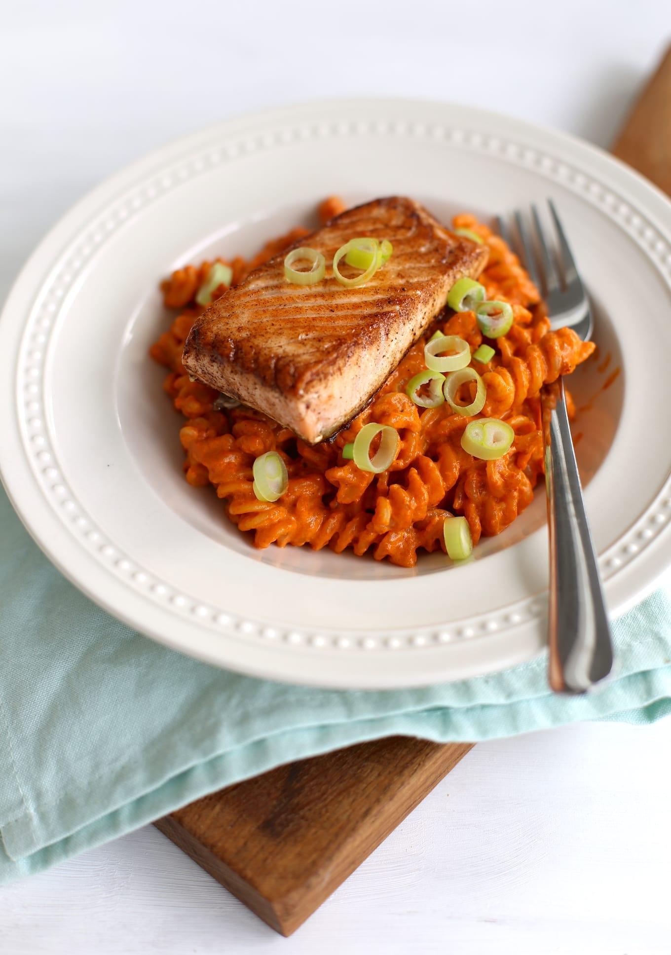 pasta met rode pesto en zalm