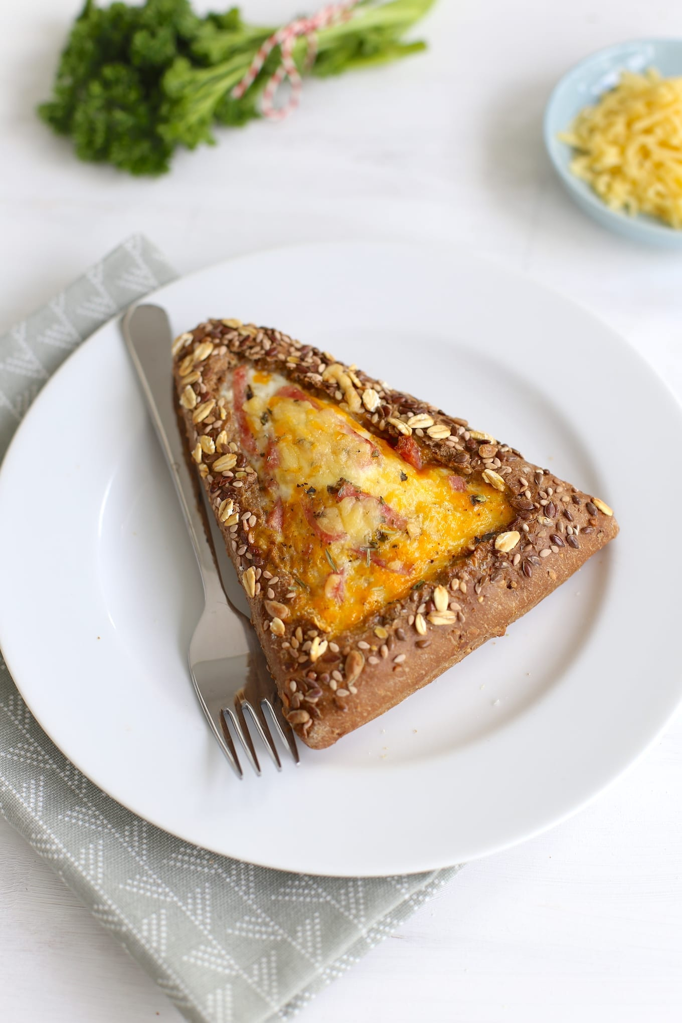 Gevuld broodje met ham en ei
