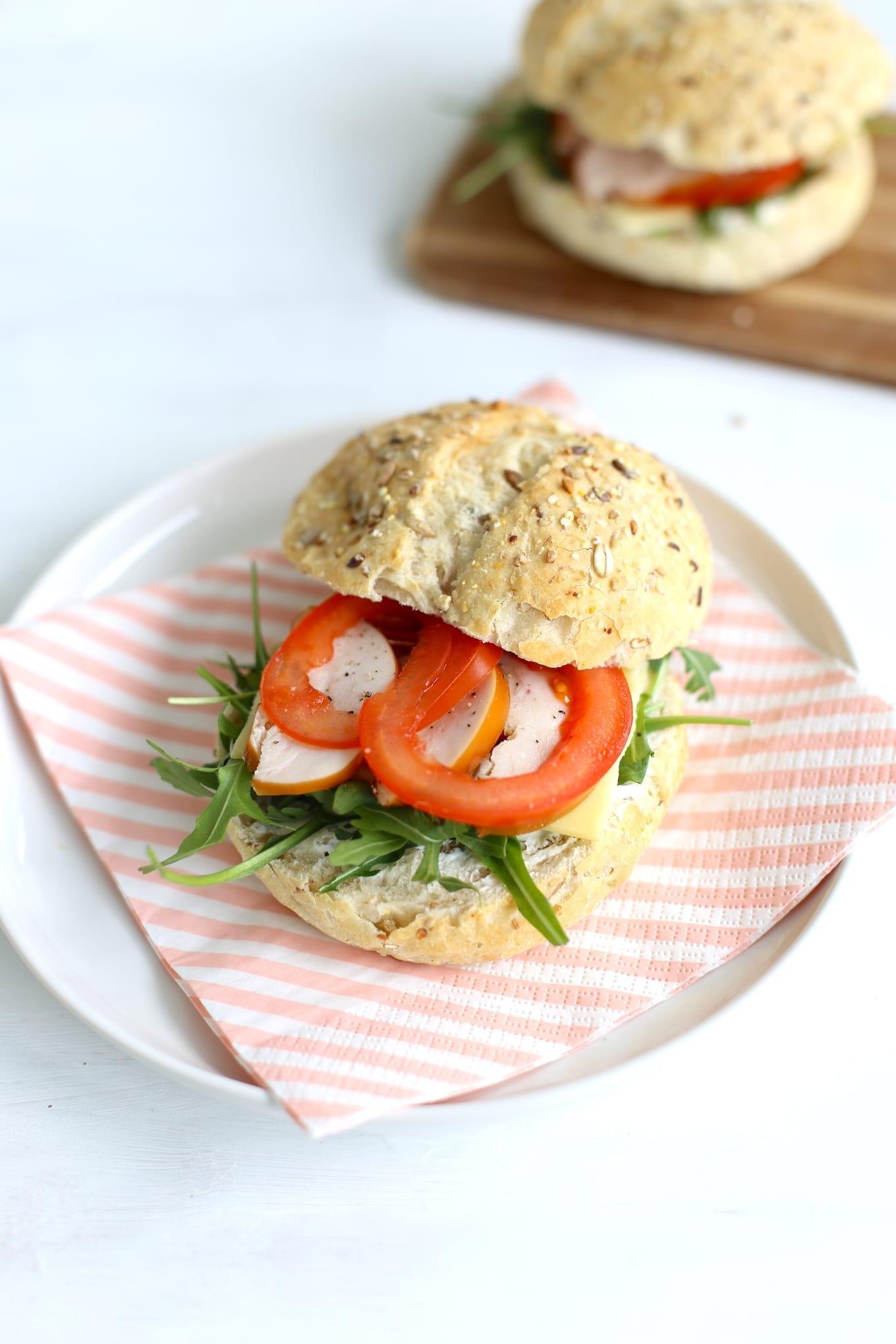 Broodje met gerookte kip en roomkaas