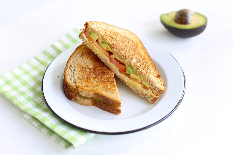 Sandwich met kaas en avocado