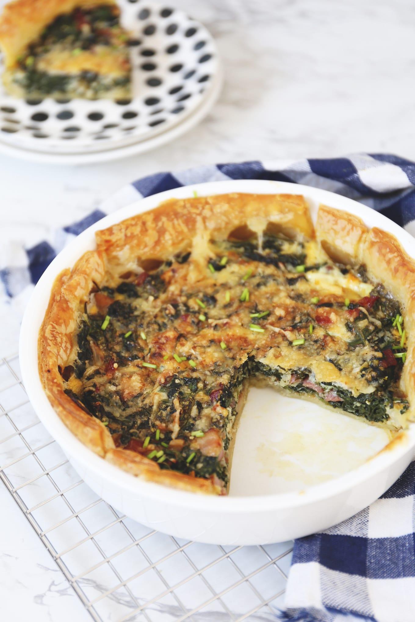 Hartige taart met spinazie en spek