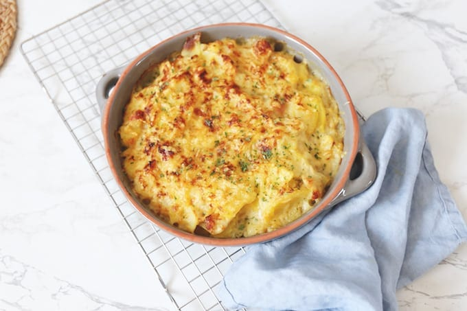 Aardappel-ovenschotel met bloemkool, kip en spek