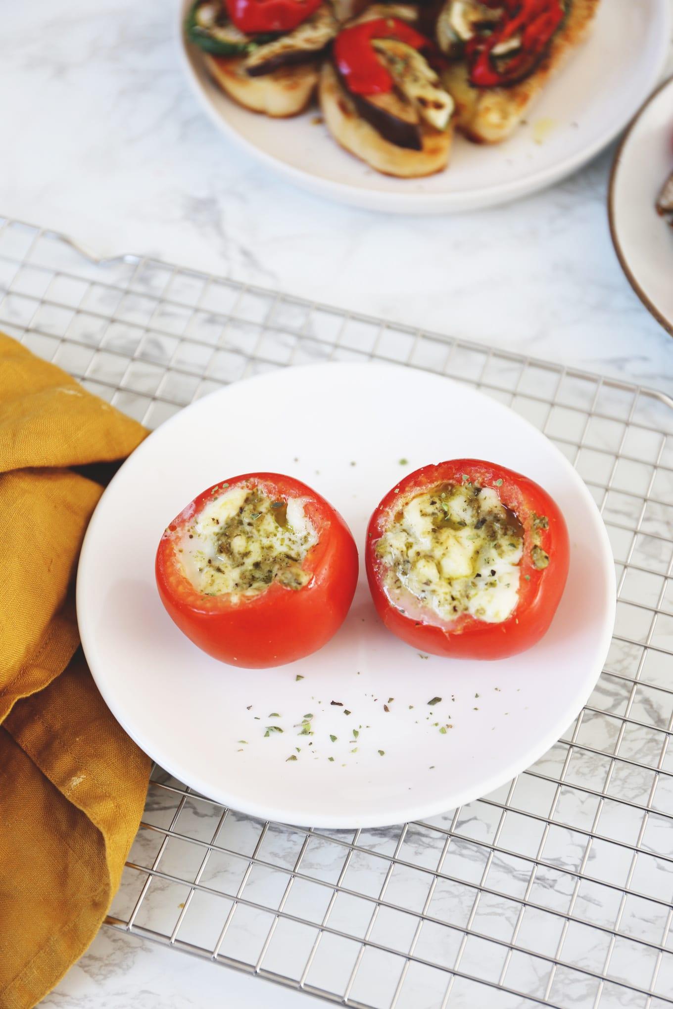 Gevulde tomaten van de barbecue