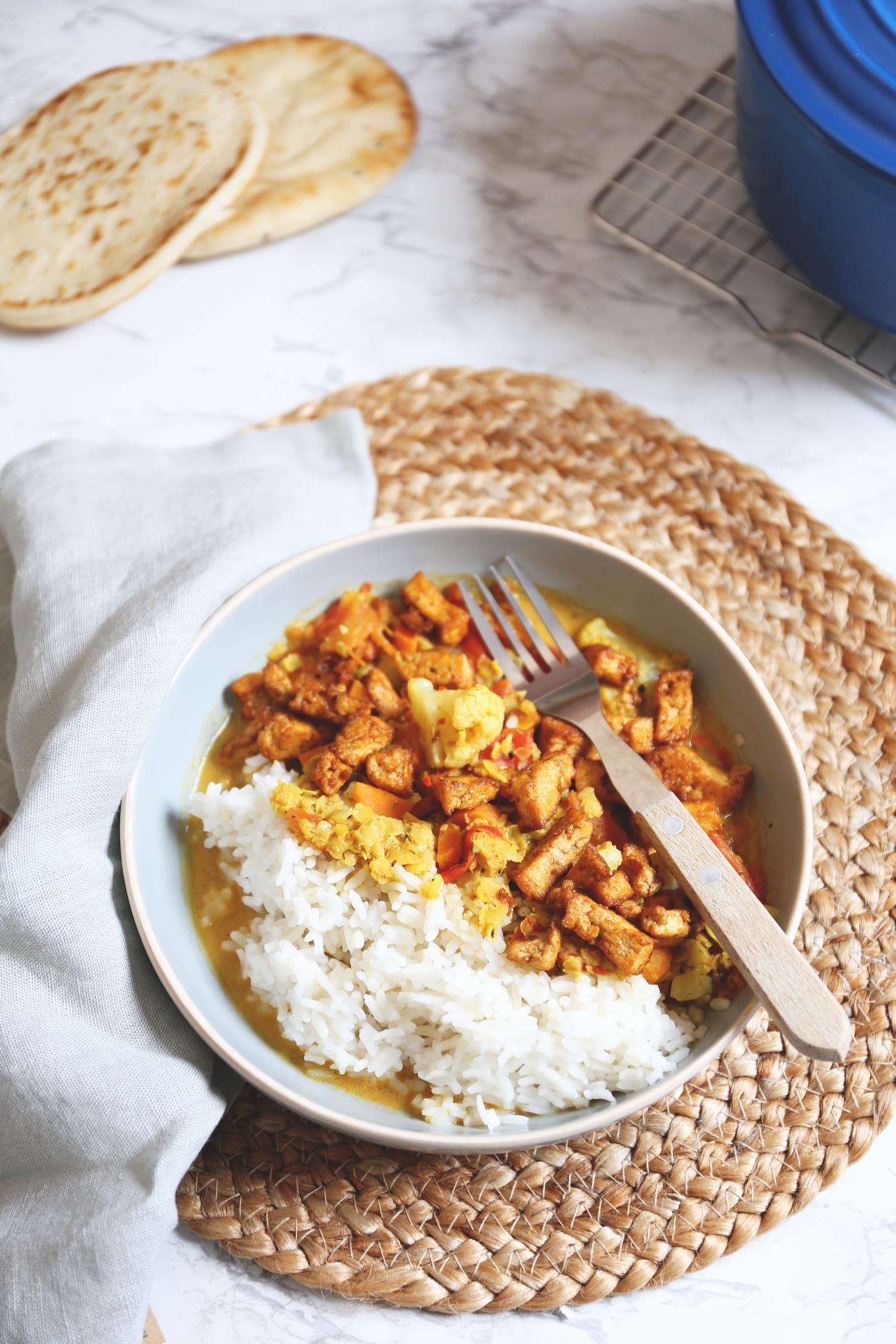 Linzencurry met tofu en naanbrood