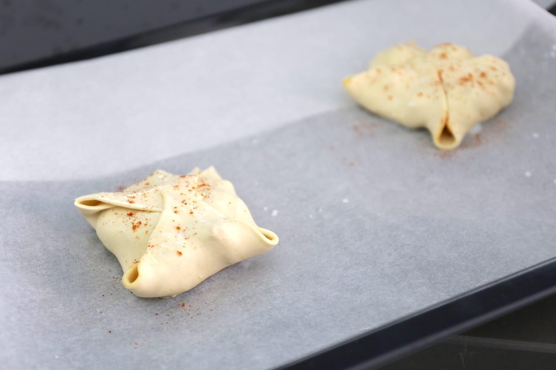 Pittige bladerdeegpakketjes met kip